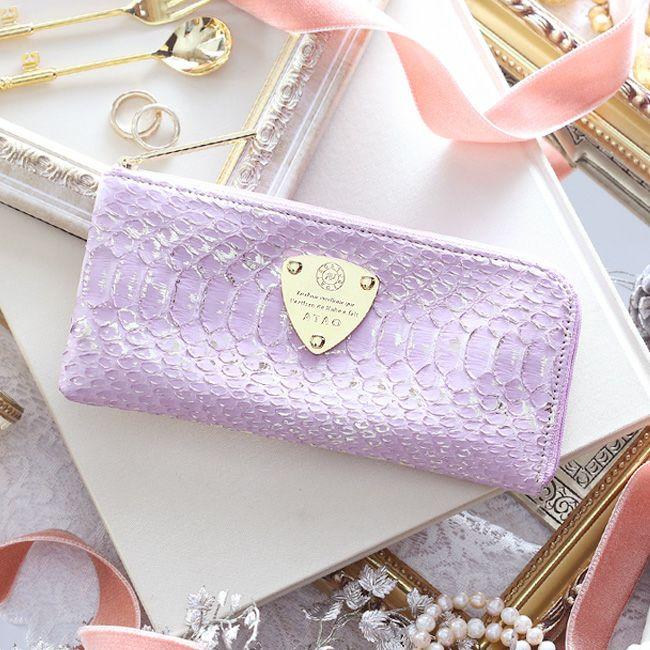 クリスマスプレゼントにおすすめなお財布はアタオのパイソンラベンダーです